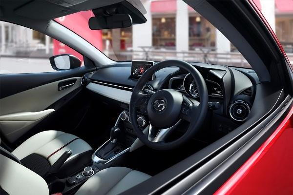 Cele mai bune automobile din Japonia pentru anul 2014 - Mazda 2 interior