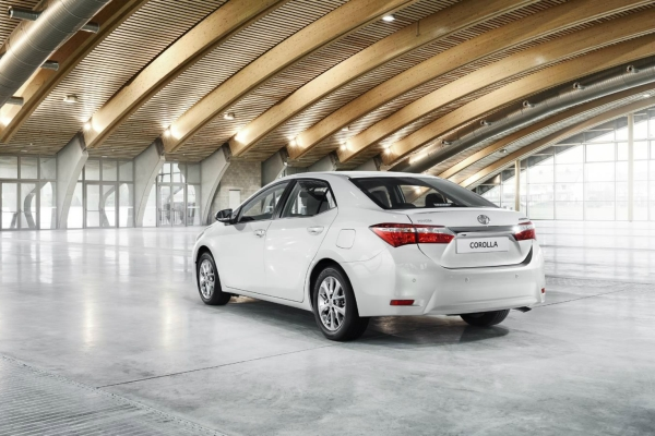 Noua Toyota Corolla spate Noua Toyota Corolla: oficial foto si detalii
