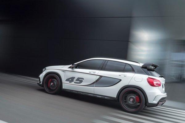 Noul Mercedes GLA 45 AMG lateral