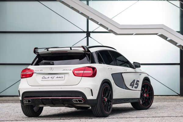 Noul Mercedes GLA 45 AMG spate