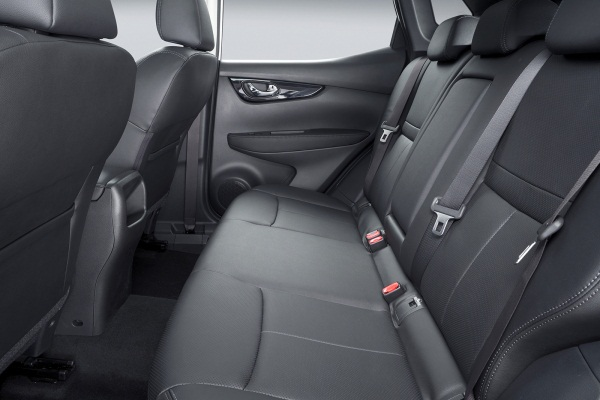 Noul Nissan Qahqai 2 interior spate Noul Nissan Qashqai disponibil exclusiv cu 5 locuri