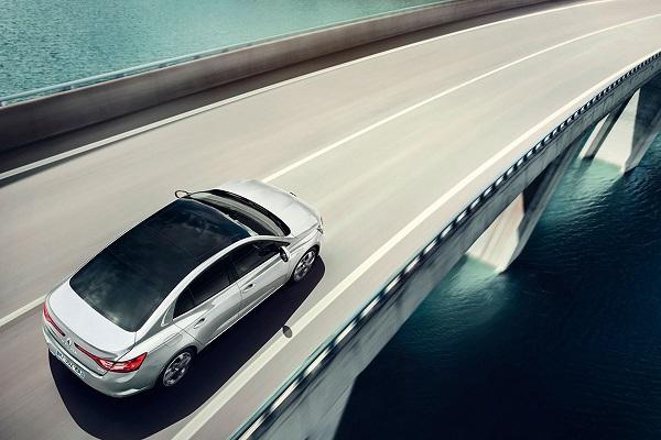 Noul Renault Megane sedan acoperis panoramic
