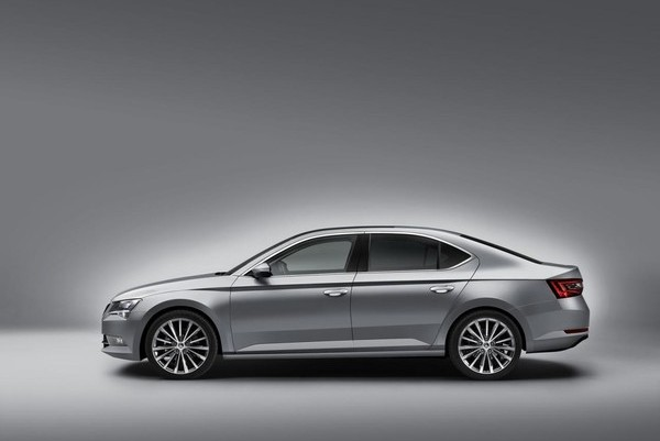 Skoda Superb 2015 lateral 2